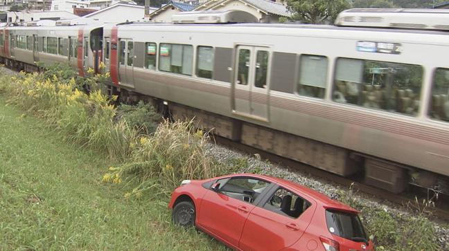 広島市西区 自動車が土手下に転落