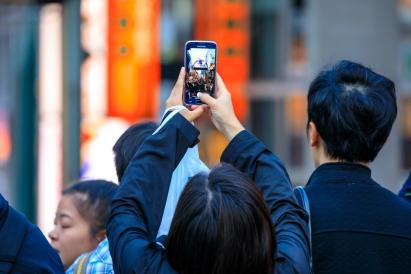 【悲報】日本人「え、待って、上野駅で刺された人がいる、撮ってツイッターにあげなきゃ!」パシャ